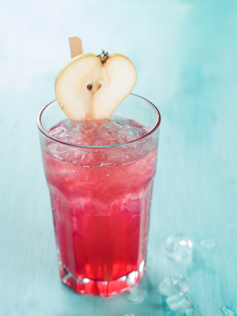 cereza: Limonada Berry con el cubo de hielo, enfoque selectivo Foto de archivo
