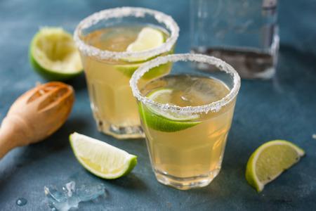 margarita cocktail: margarita bebida clásico caseros con limón y sal, atención selectiva Foto de archivo