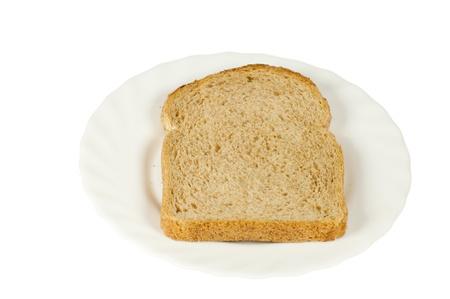 Tranche de pain sur une plaque blanche