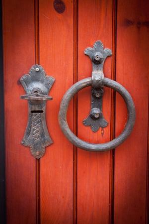 tocar la puerta: Vieja puerta de madera pintada de rojo