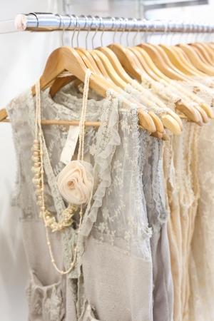 ropa colgada: Imagen de hermosos vestidos de encaje en la tienda