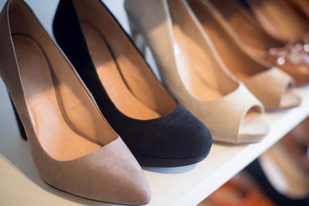 comprando zapatos: Zapatos en el estante de la tienda al por menor Foto de archivo