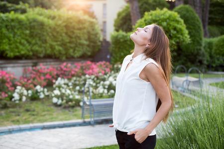 sol radiante: Bastante joven disfrutando del sol en el parque Foto de archivo