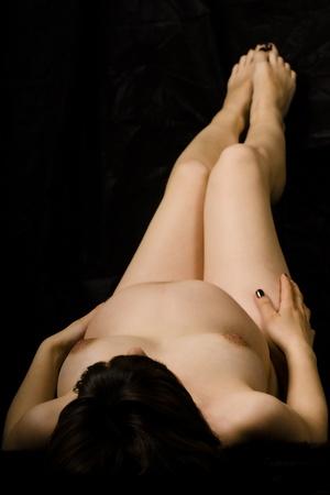 Nackte schwangere Frau, die auf dem R�cken liegend. Lizenzfreie Bilder - 8670822