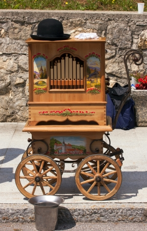 Oude houten muziek machine op wielen.