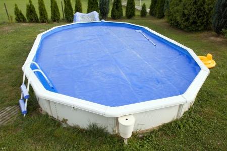 Huis zwembad bedekt met solar afdekking Stockfoto