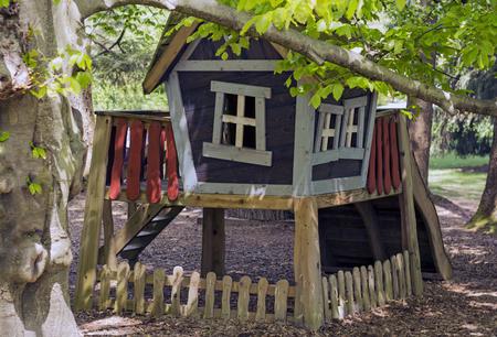 Kinderen spelen huis in het bos. Stockfoto