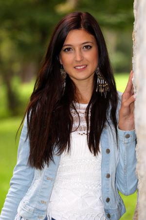 Portret van de brunette met oorringen.