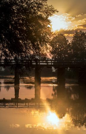 Mooie zomer zonsopgang boven de rivier Krka, Slovenië.