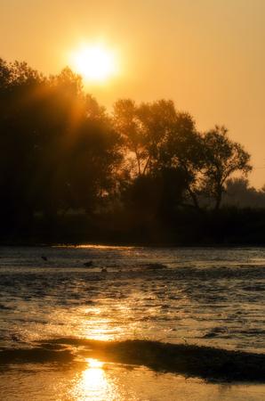 Kleurrijke zomer zonsopgang boven de rivier Krka in Slovenië.