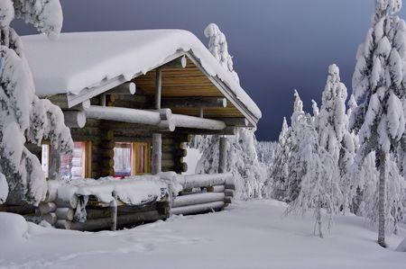 casa de campo: caba�a acogedora en bosque oscuro del invierno