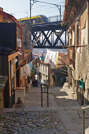 moderne br�cke: Moderne Br�cke mit dem Zug schnell �ber alten mittelalterlichen H�usern, Porto, Portugal  Lizenzfreie Bilder