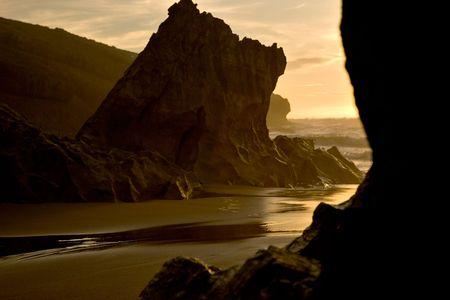 granola: Piedra sobre piedra playa mirando al mar, como gran ola