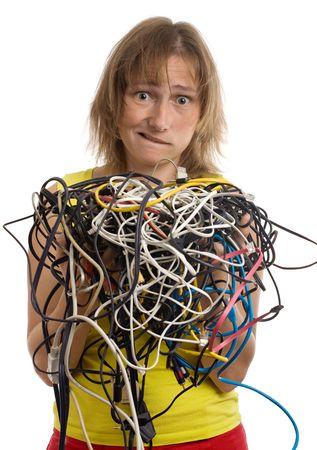 groviglio: crazy donna con groviglio di cavi e fili in mano isolati su bianco
