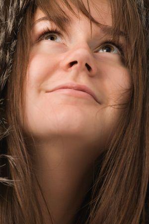 ojos marrones: sonriente mujer joven con ojos marrones cerca de retrato