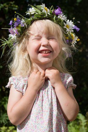 Lachen kleines Mädchen in Blumen Kranz am grünen Wiese Standard-Bild - 3503616