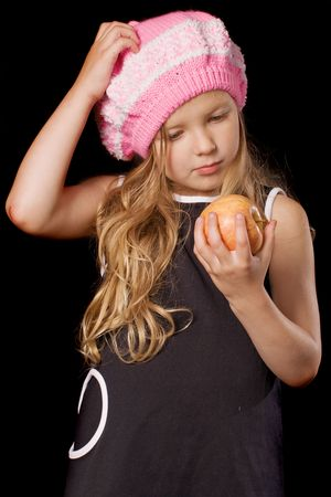 boinas: gracioso pensativo ni�a con las manos en la manzana sobre fondo negro