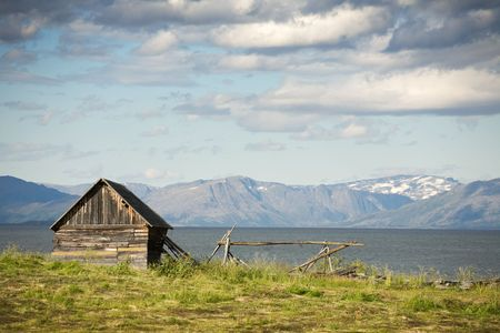 norge: Small wooden house on sea coast. North Sea, Norway