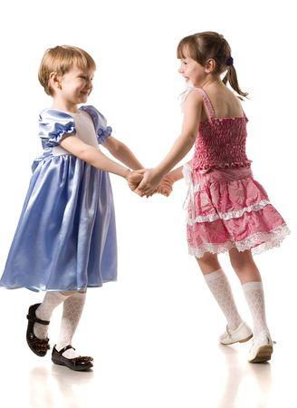 chicas bailando: dos poco de baile en la hermosa ni�a vestidos, aislados en blanco