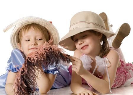 Hermoso niñas con plumas en vestidos y sombreros se encuentran en el uso de la palabra, aislados en blanco Foto de archivo - 3941627