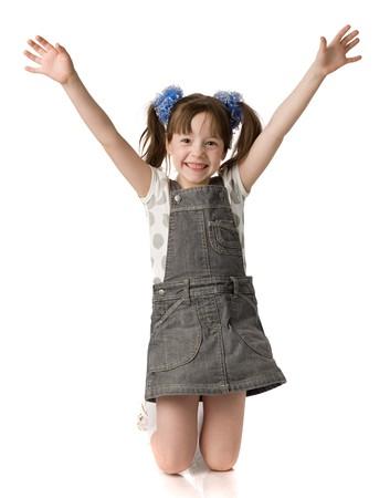 girl socks: 小さな女の子の膝の上に立っているし、手が保持している、白で隔離されます。 写真素材