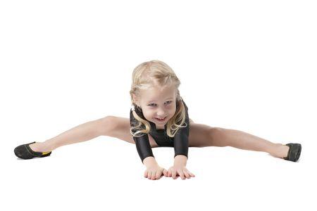 rhythmische sportgymnastik: kleines M�dchen in Bodysuit f�r rhythmische Turnen, die versuchen, die Splits isoliert auf wei� zu tun