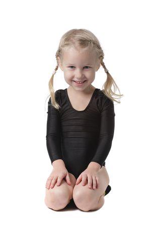 gimnasia ritmica: chica de la gimnasta poco sentado en las rodillas aisladas en blanco