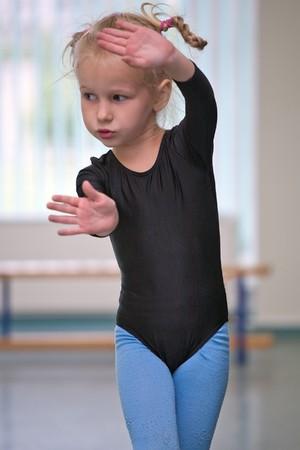 gimnasia ritmica: portarretrato de ni�a gimnasta hacer ejercicios  Foto de archivo