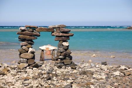 enigmatic: cancello enigmatico, costruito da pietre sulla spiaggia del mare, Mar Rosso, Hurghada, Egypt