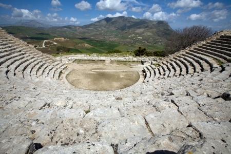 grec antique: grec ancien th��tre, vue panoramique de belles montagnes de la derni�re rang�e, Segesta village, Sicile, Italie Banque d'images