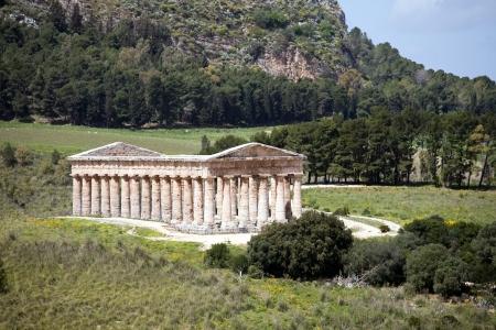 grec antique: paysage d'�t�, avec le temple grec antique de V�nus, Segesta village, Sicile, Italie