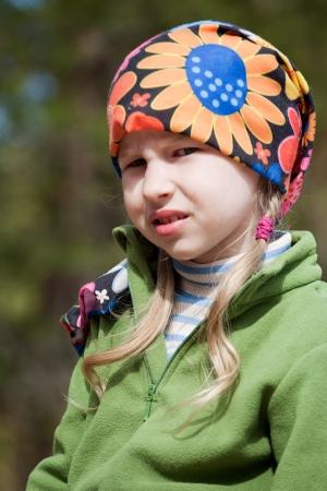 bandana girl: closeup portrait de petite fille en foulard