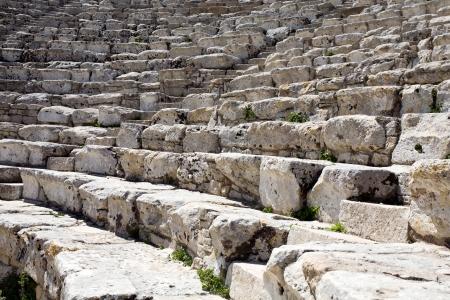 grec antique: Plan rapproch� d'�tapes blancs de l'amphith��tre grec ancien, Segesta village, Sicile, Italie Banque d'images