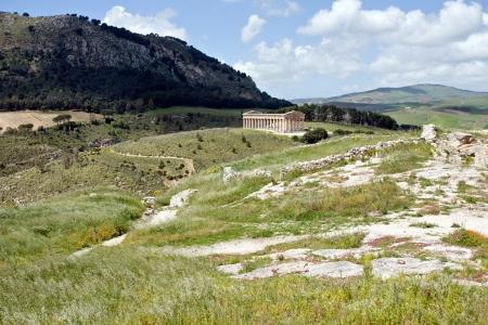 grec antique: Paysage d'�t� avec temple grec antique de V�nus, Segesta village, Sicile, Italie