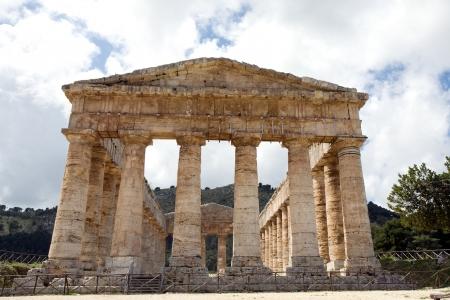 grec antique: vue de face du grec ancien temple de V�nus dans le village de Segesta, Sicile, Italie