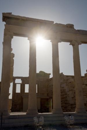 grec antique: Gros plan du portique du temple du grec ancien en r�tro-�clairage