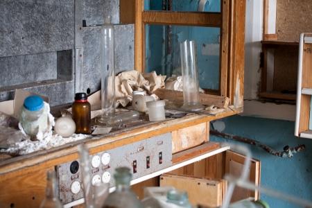 habitacion desordenada: antiguo laboratorio abandonado con basura y el resto de los equipos Foto de archivo