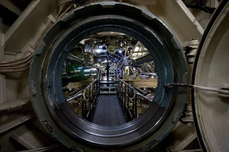 vista sottomarino attraverso il passo d'uomo, interno con dispositivi e attrezzature tecniche