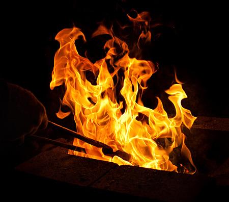 smithy: fucina suggerimenti fiamma fuoco alzato su sfondo scuro Archivio Fotografico