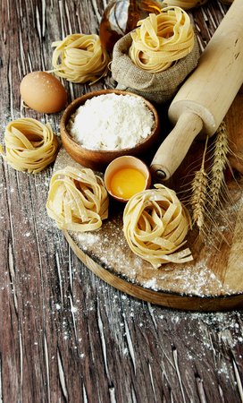 macarrones: raw pasta with ingredients for cooking, selective focus Foto de archivo