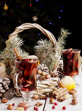 vin chaud: Une tasse de vin chaud aux �pices et de noix carte de No�l avec des branches de sapin