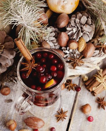 vin chaud: Une tasse de vin chaud aux épices et de noix carte de Noël avec des branches de sapin