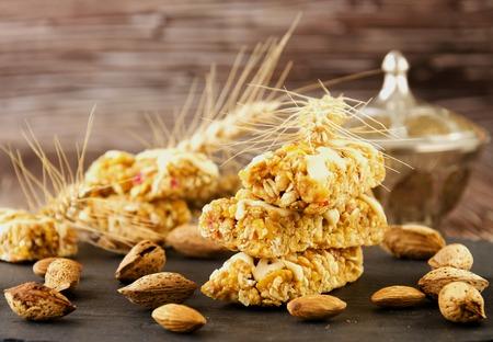 cereal bar: Barra de cereal con frutos secos y miel, enfoque selectivo