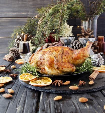 Gebraden kip of kalkoen voor Kerstmis en Nieuwjaar met glühwein en kerstversieringen, selectieve aandacht