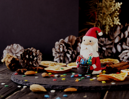 reloj cucu: figurilla de tarjetas de Navidad de Santa Claus Navidad EL FONDO ramas, conos, sobre una mesa de madera, enfoque selectivo Foto de archivo