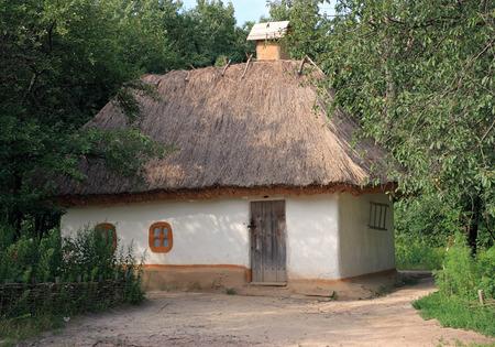 Kleine Oekraïense historische huis (vorige eeuw, museum van de Oekraïense volk architectuur in Pirogovo villlage (in de buurt van Kiev))