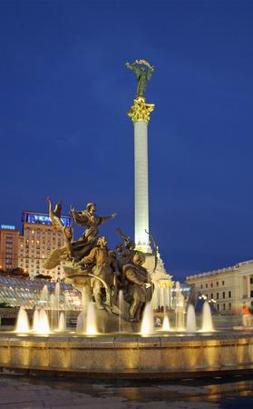 Avond Independence Square (centrum van Kiev, Oekraïne) met een monument voor City-oprichters Stockfoto