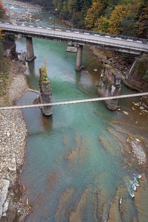 snelweg en voetgangers hangbrug over berg rivier (uitzicht van boven)