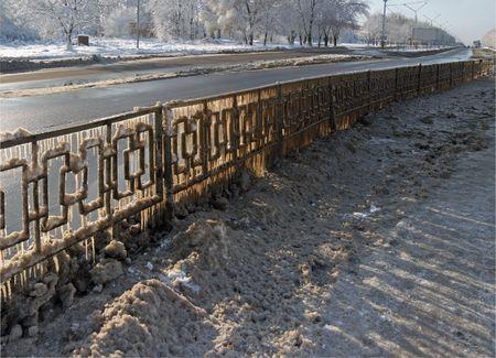 slush: Hiver transports interurbains texture - gla�age garde-fou autoroute (de l'autoroute neige fondante) et de la lumi�re gr�ce � gla�ons. Certains conseils est la taille de repeindre.