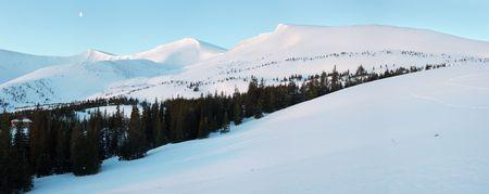 Por la mañana panorama de las montañas con largas sombras azul amanecer, refugio y la luna en el cielo (Drahobrat Ski Resort, Yasenja villadge, Zacarpatsjka Región, el Monte de los Cárpatos, Ucrania). Cinco disparos del punto de imagen. Foto de archivo - 3891111